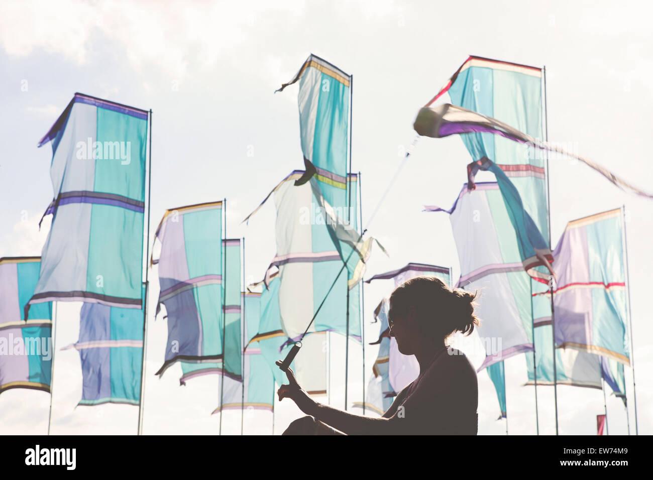 Banderas y silueta de chica bailando en el festival de música de verano Imagen De Stock