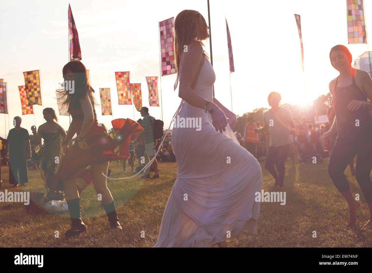 Las niñas bailando en music festival WOMAD 2012 Imagen De Stock
