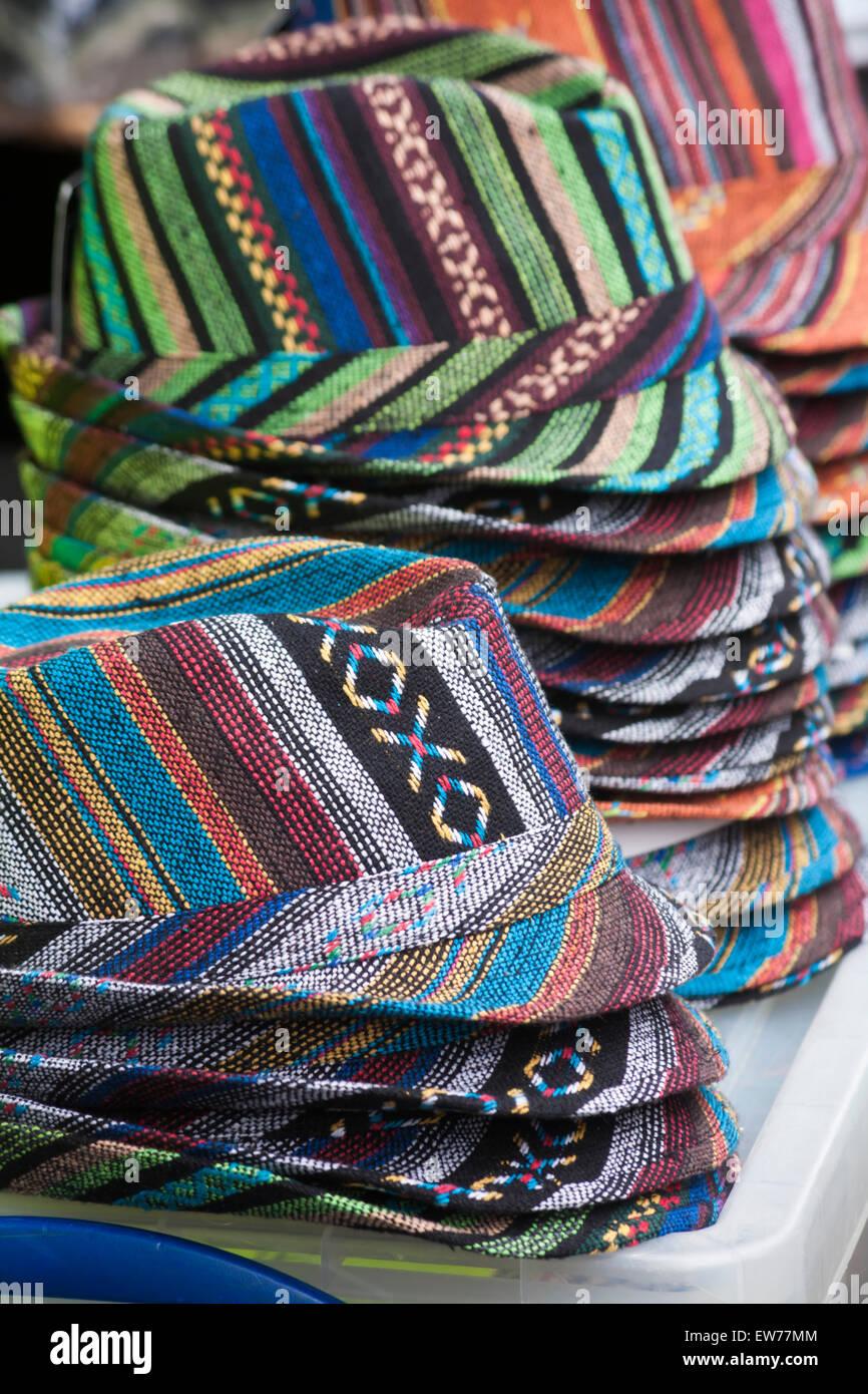 Montones de coloridos sombreros trilby para la venta en el mercado se  atasque en Dorchester 23940497f38