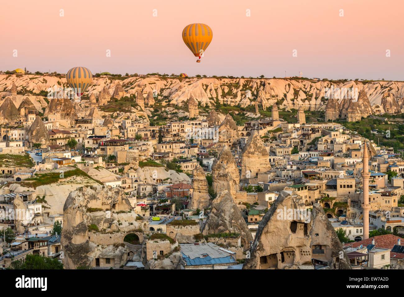 Vista superior de Goreme con globos de aire caliente al amanecer, Cappadocia, Turquía Imagen De Stock