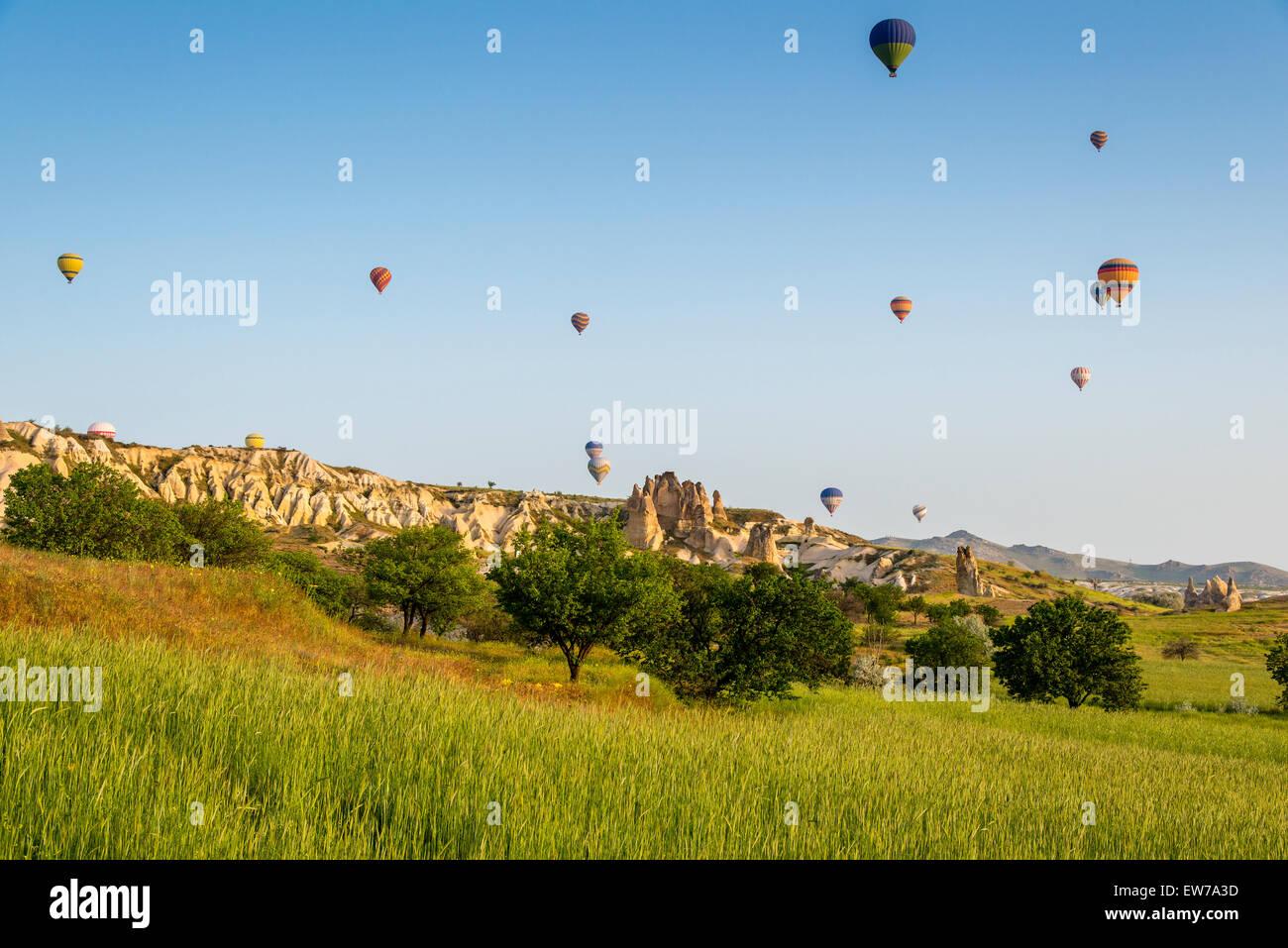 Pintoresco paisaje con globos aerostáticos, Goreme, Capadocia, Turquía Imagen De Stock