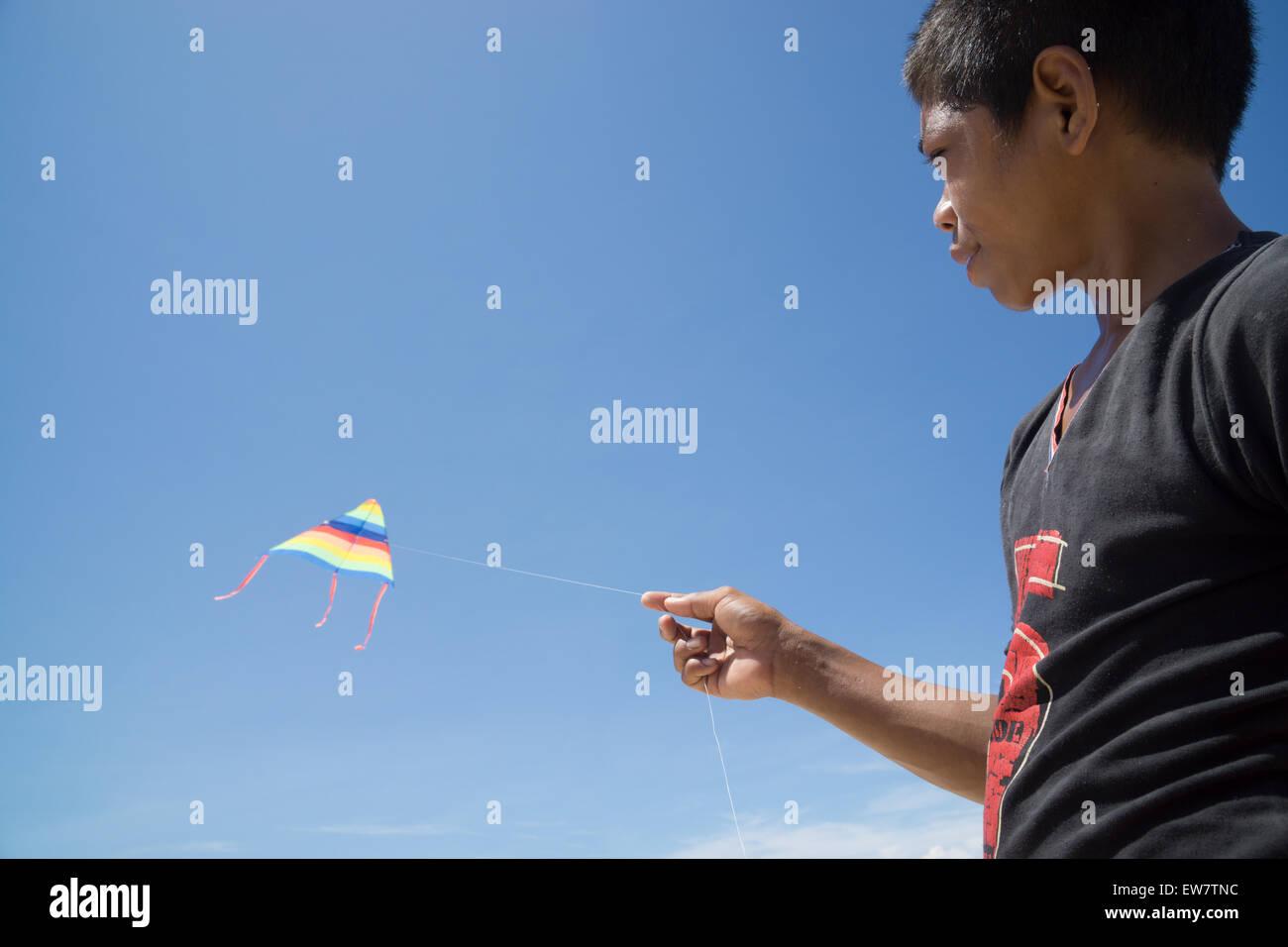 Retrato de niño volando kite Imagen De Stock