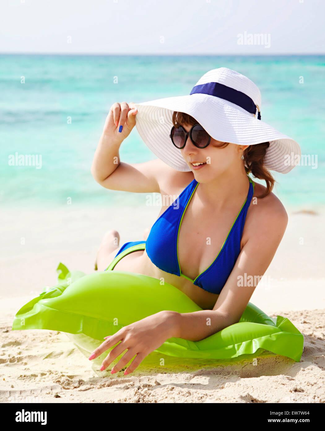 Adolescente en bikini tomando el sol en la playa Foto de stock