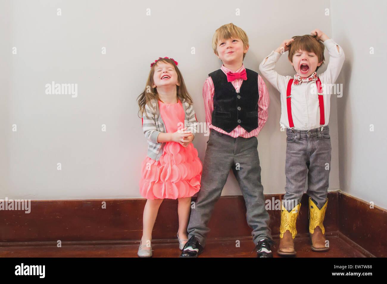 Tres niños en Fancy Dress jugando Imagen De Stock
