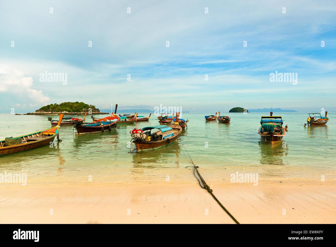 Embarcaciones tradicionales tailandeses en el Beach, Koh Lipe, Tailandia. Imagen De Stock