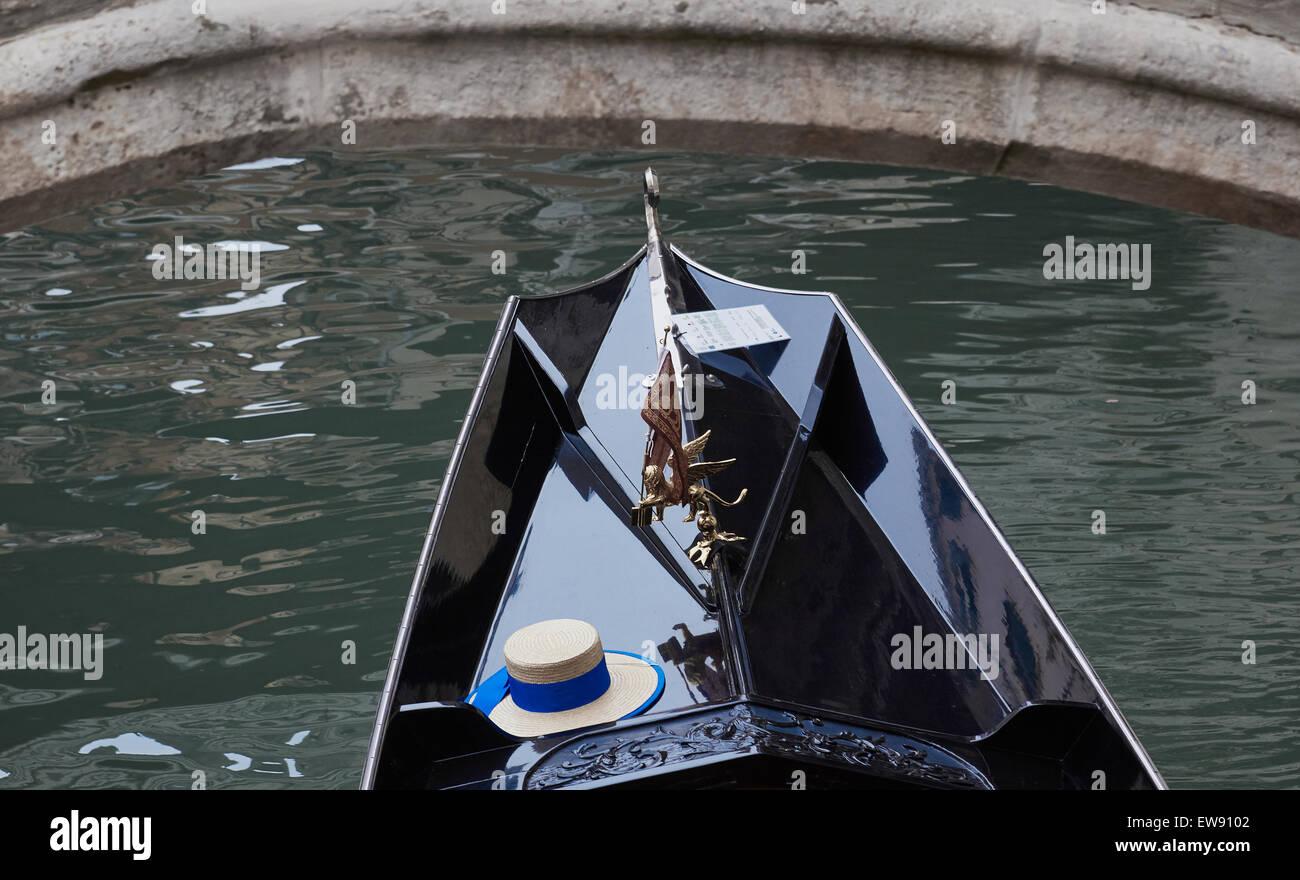 Sombrero de Paja de un gondolero con cinta azul en góndola pasando debajo  del puente Venecia 8db2cfa5b8e
