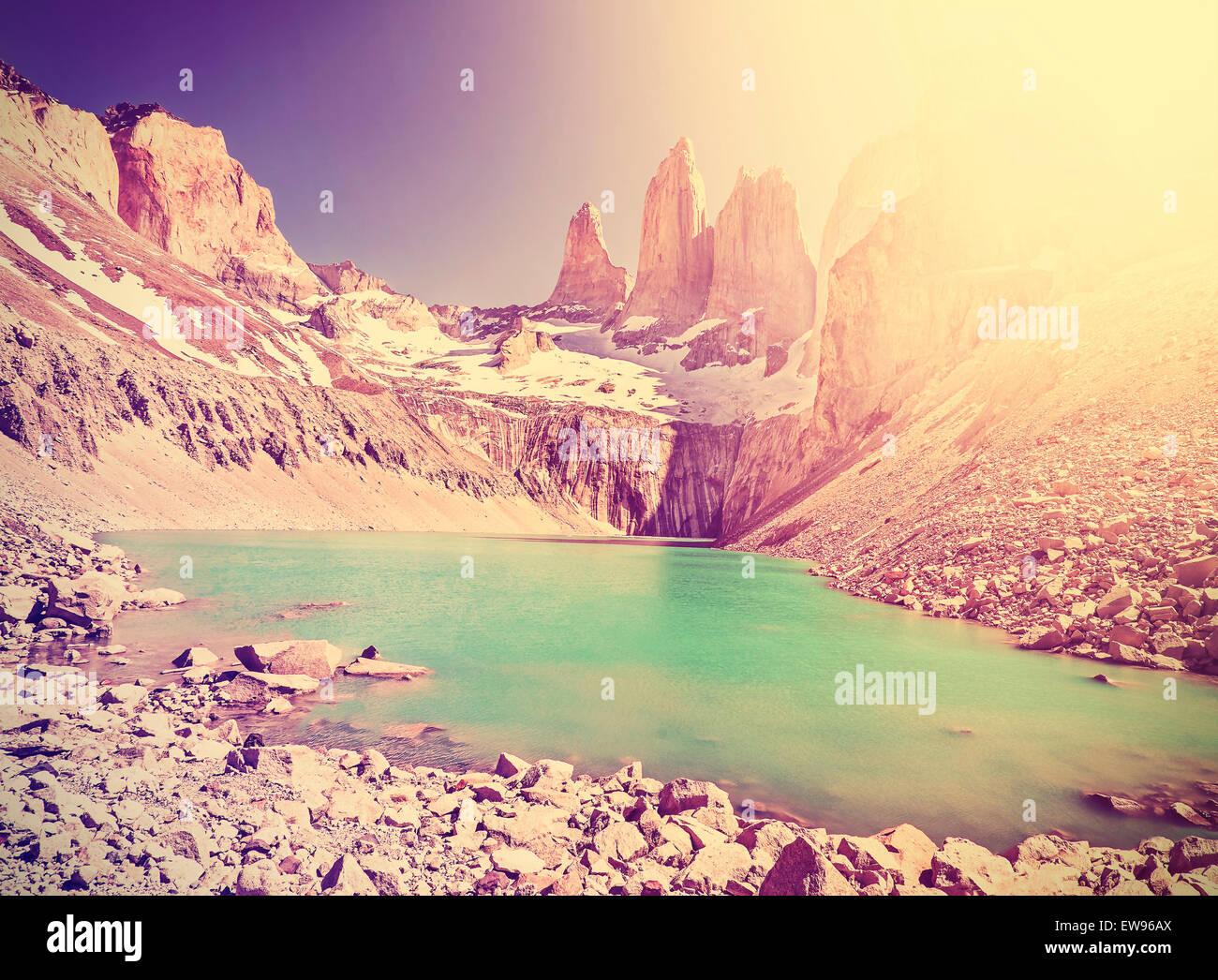 Vintage en tonos instagram montañas, Parque Nacional Torres del Paine, Patagonia, Chile. Imagen De Stock