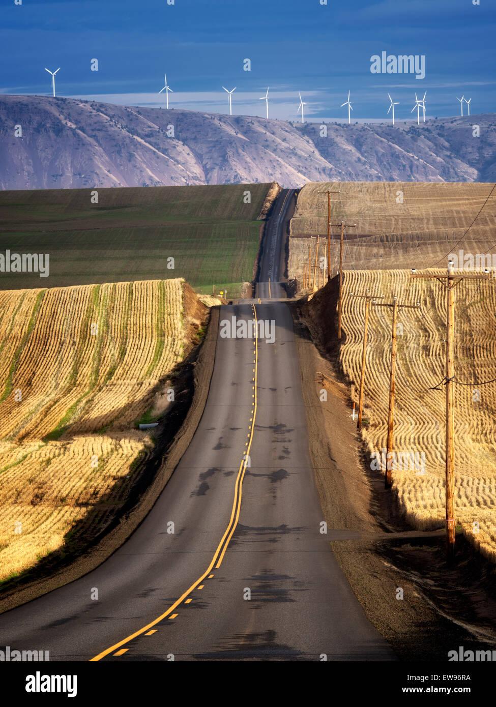Vuelta por carretera y turbinas de viento en el Condado de Sherman, cerca del Río Columbia Gorge, Oregón Imagen De Stock