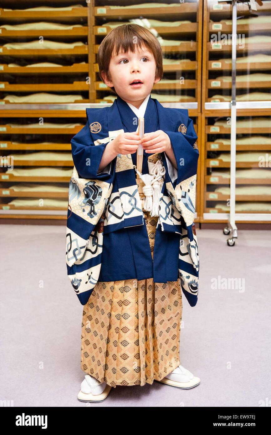 47d1d0538 Japón, 5 años chico caucásico. En el interior. De pie vestida de ...