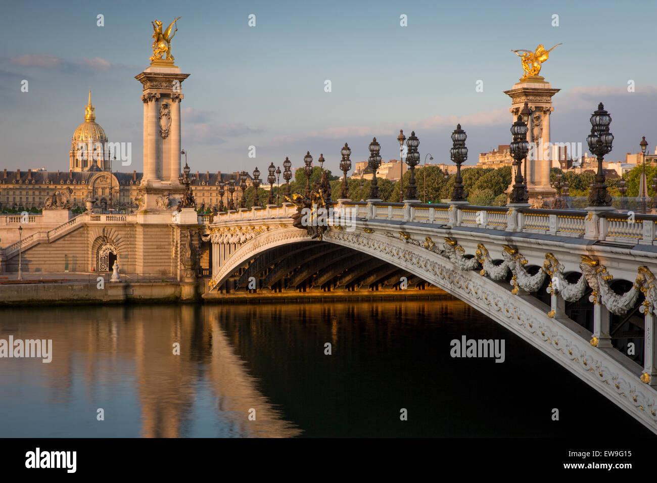 Amanecer sobre el río Sena, el Puente Alexandre III y el Hotel Les Invalides, Paris, Francia Imagen De Stock