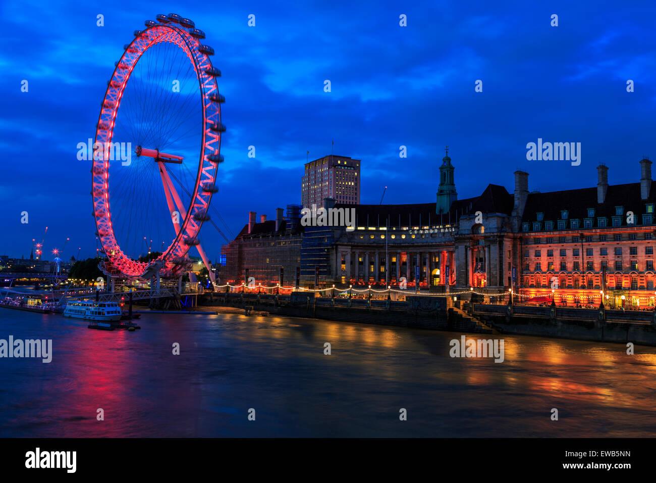 Imagen panorámica del paisaje de la noria London Eye y County Hall en la orilla sur del río Támesis, con moody interesante Foto de stock