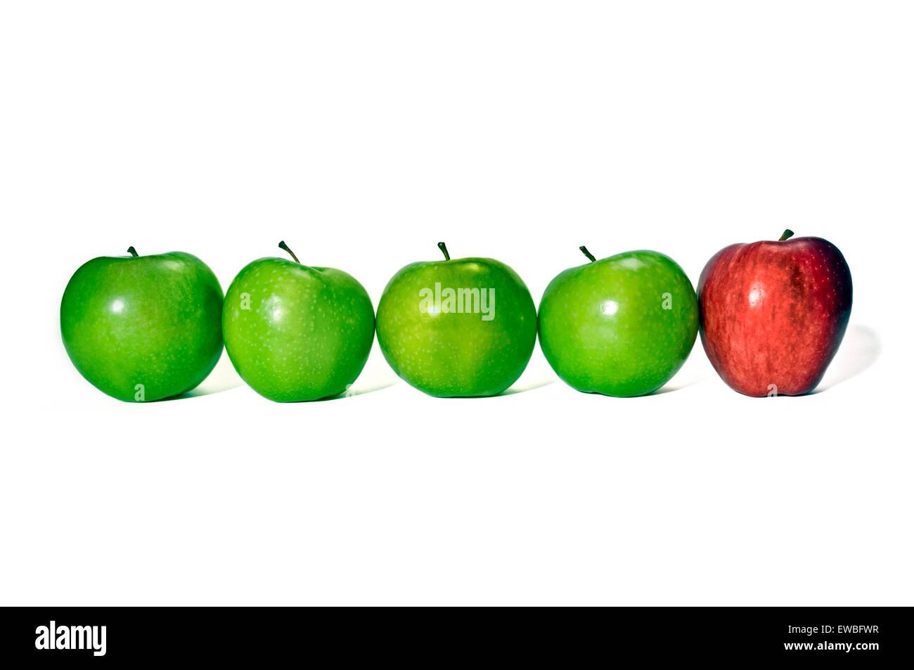 Uno impar. Fila de manzanas verdes con manzana roja en el extremo. Concepto de ser diferente o estilo de vida diferente Imagen De Stock