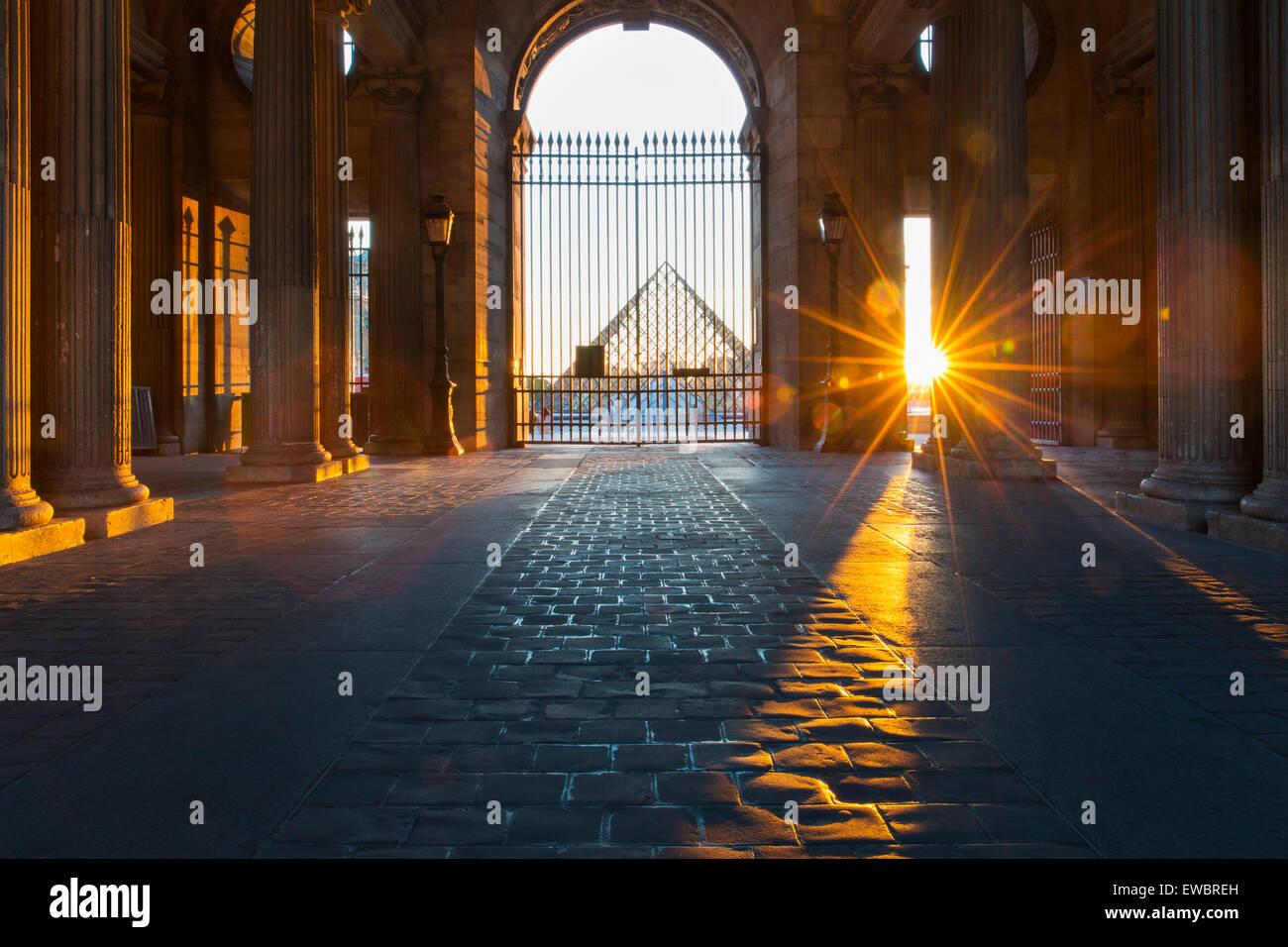 Atardecer en el gated entrada al Museo del Louvre, París, Francia Foto de stock