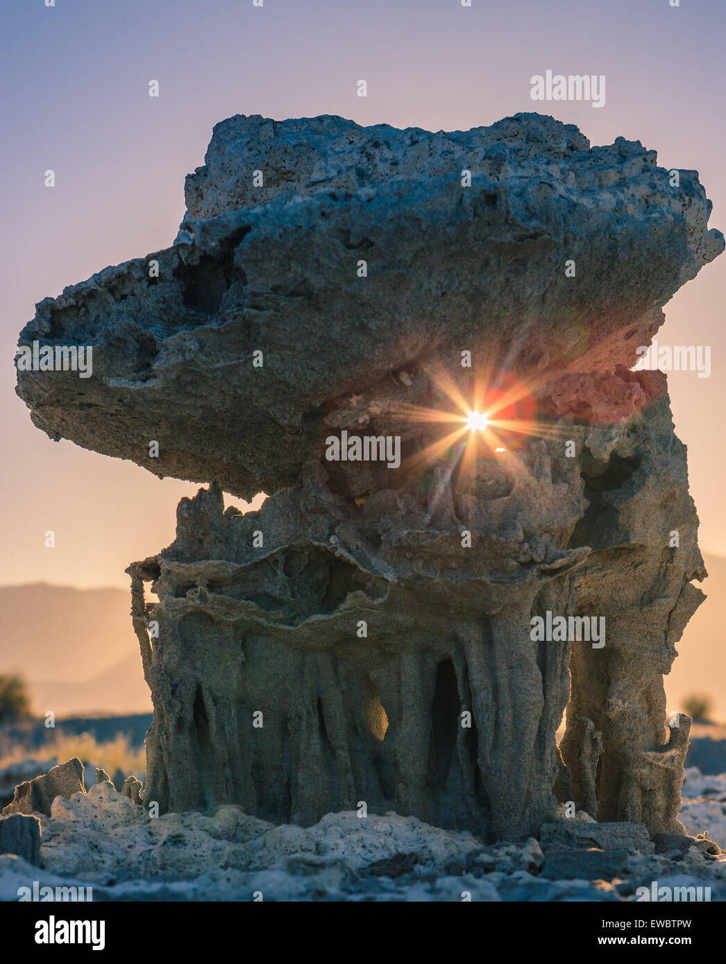 Atardecer en las formaciones de arena en el Lago Mono cerca de Marina Beach, California, EE.UU. Imagen De Stock