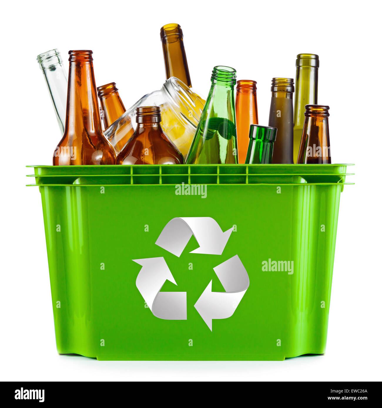 Concepto de reciclaje - depósito lleno de vidrio Imagen De Stock