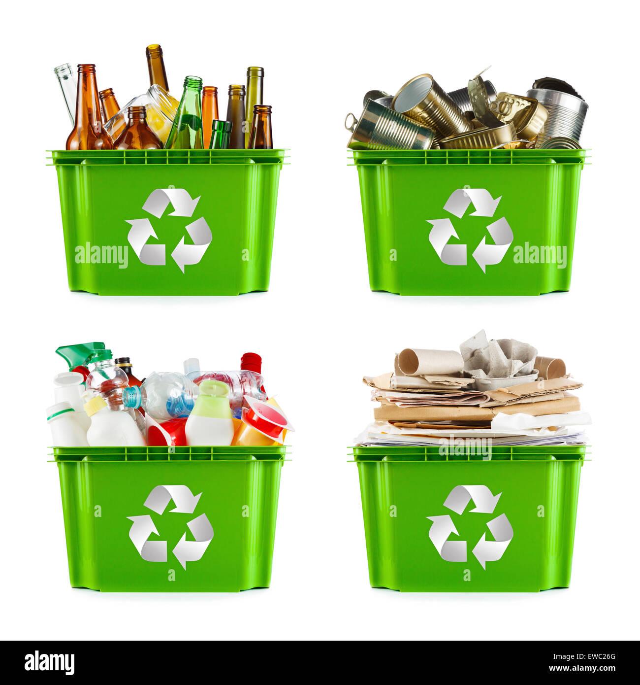 Una selección de la basura para su reciclado. Segregados de metal, plástico, papel y vidrio Imagen De Stock