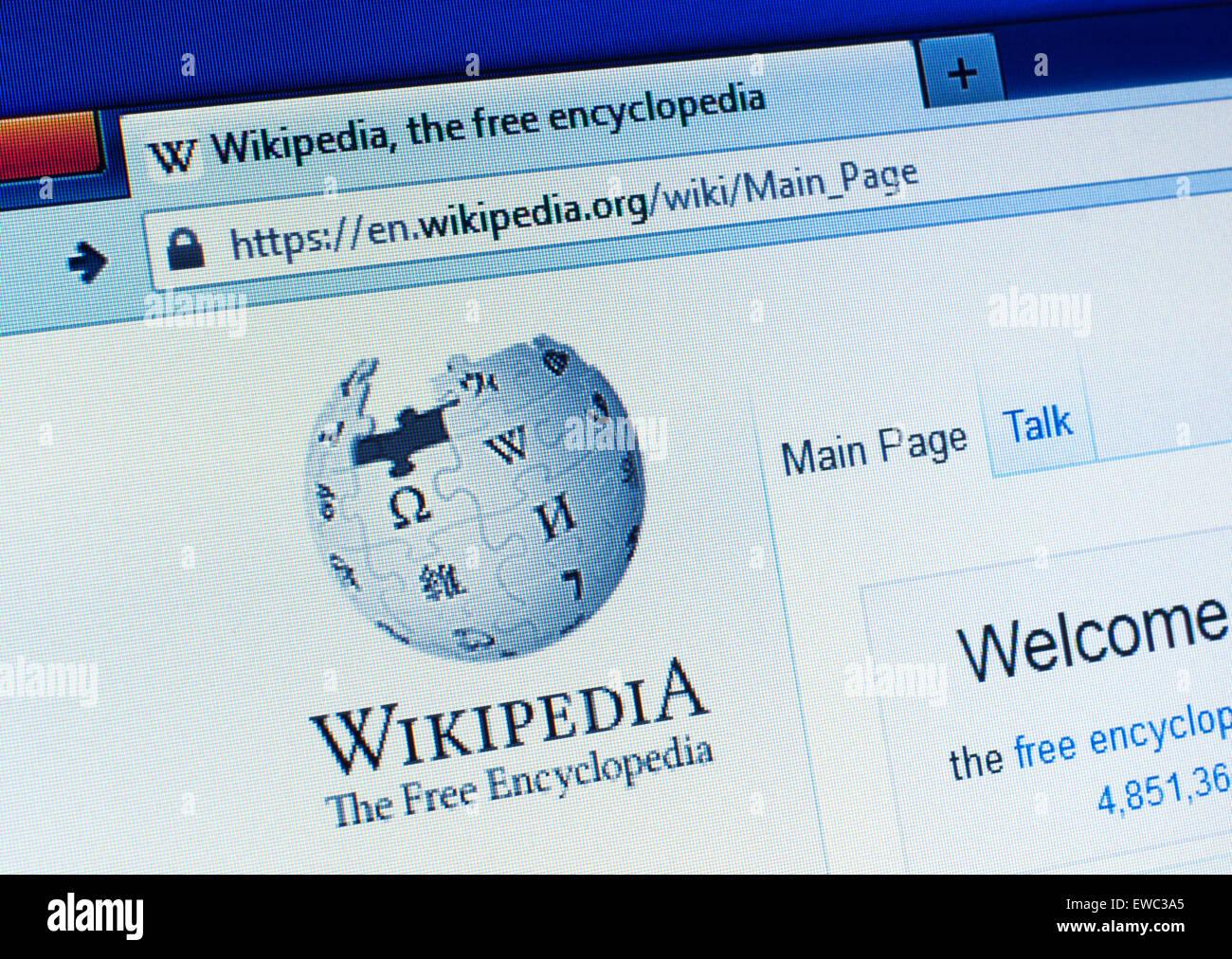 GDANSK, Polonia - 25 de abril de 2015. Página de Wikipedia sobre la pantalla del ordenador. Wikipedia es de Imagen De Stock
