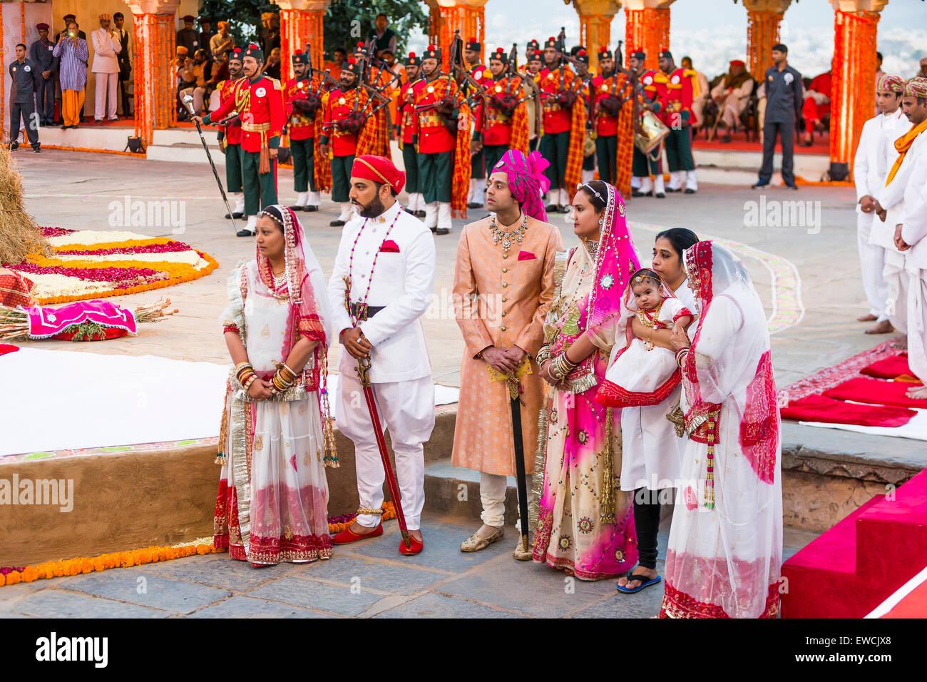 Miembros de la familia real esperando la llegada del Maharajá Rana Sriji Arvind Singh durante el festival de Imagen De Stock
