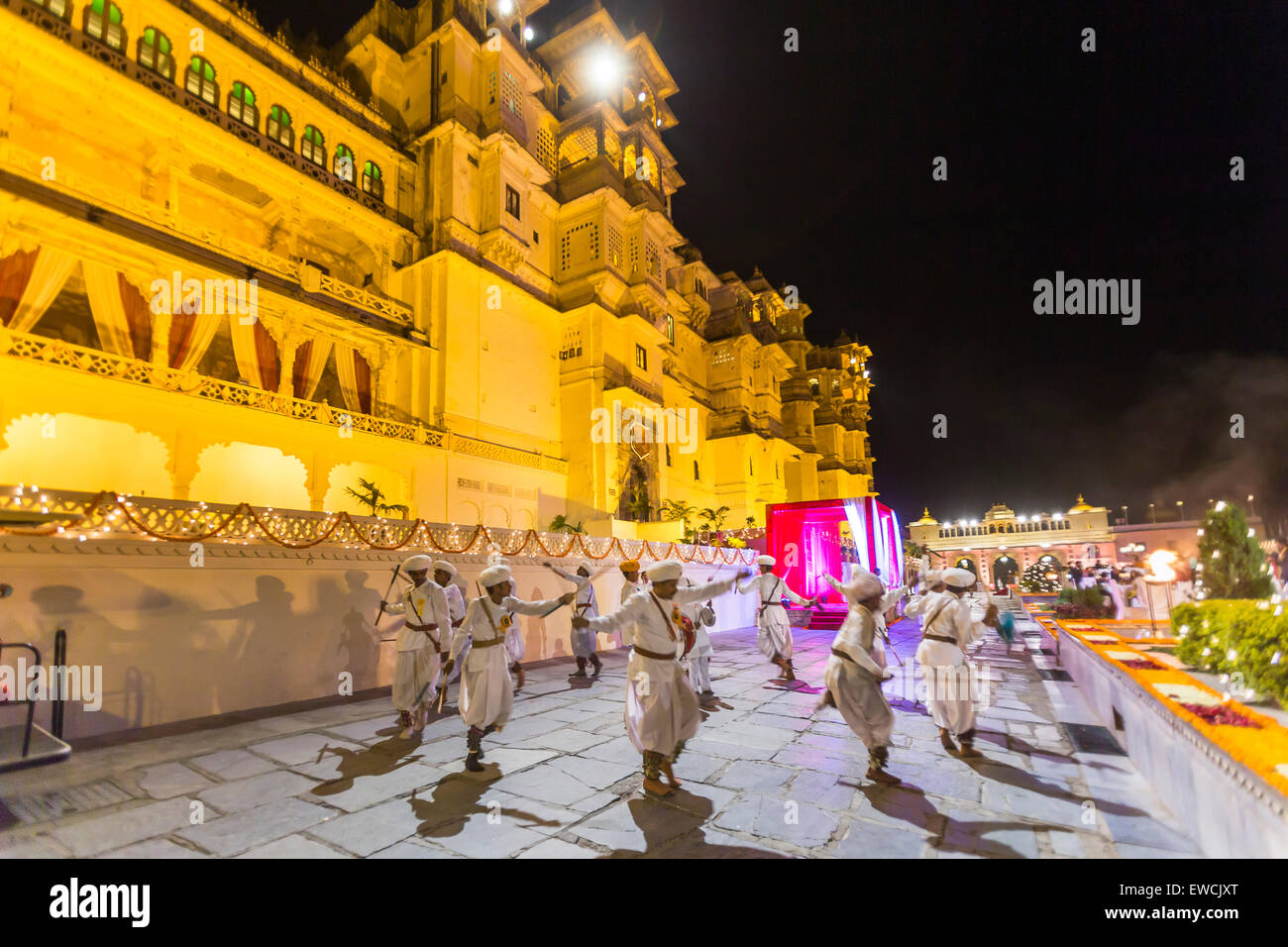 Gira danza en el festival de Holi en el Palacio de la ciudad, Udaipur, India Imagen De Stock