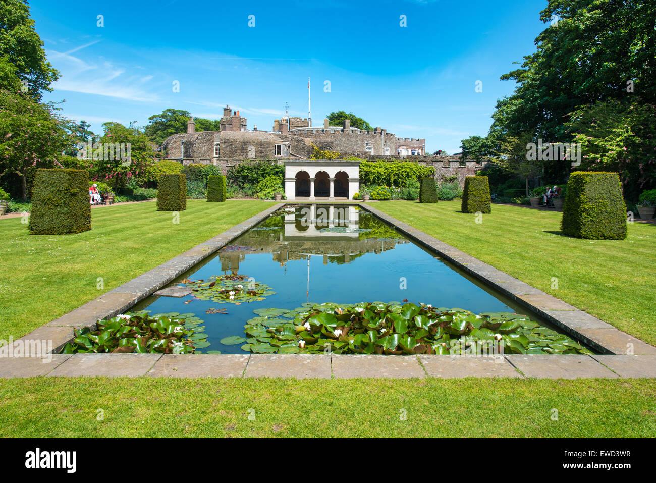Long Pond en la reina madre's Garden en Walmer Castle, Kent, UK Foto de stock