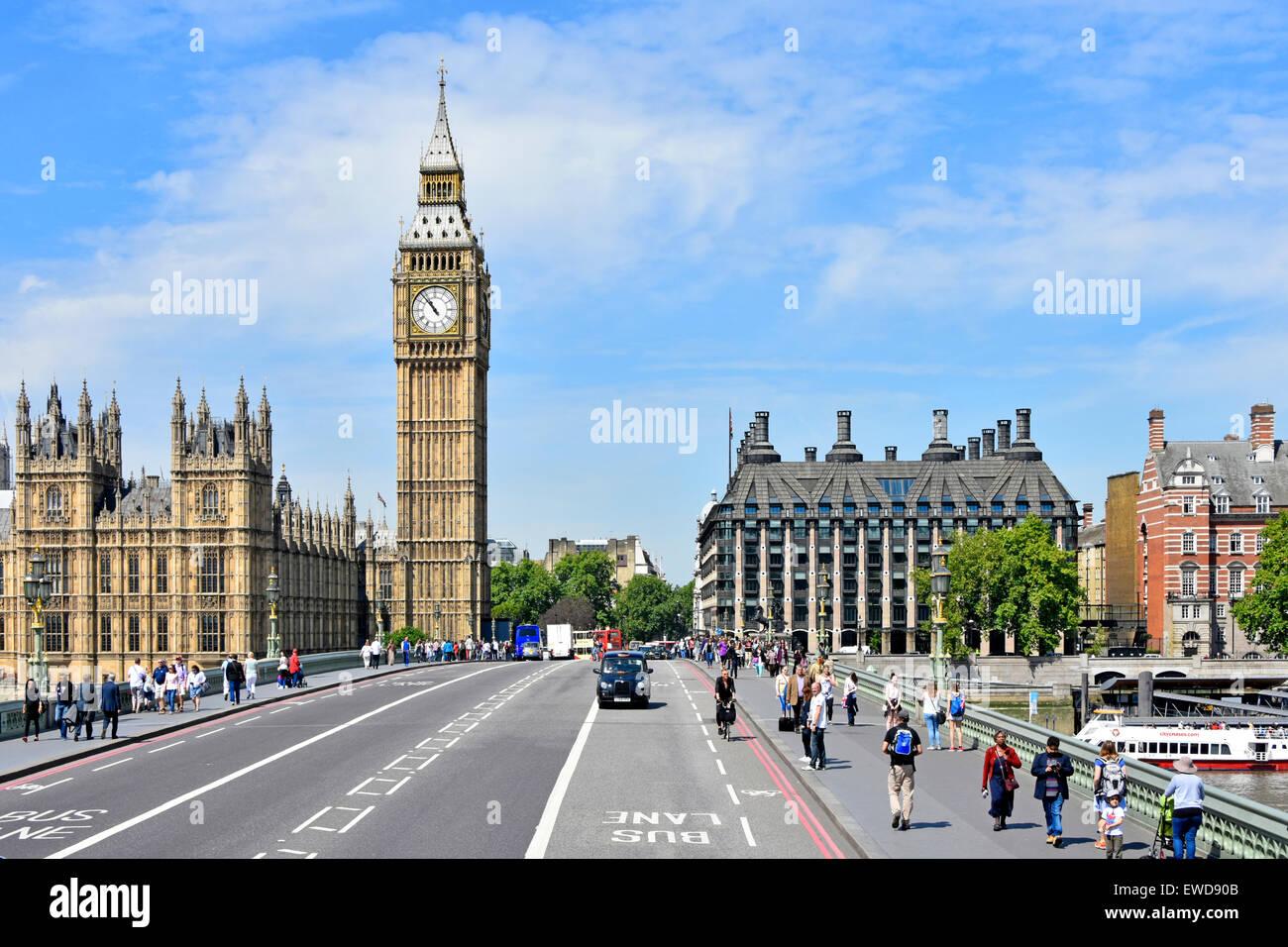 El puente de Westminster y el Big Ben torre del reloj Casas del Parlamento incluyendo dark Portcullis House Londres England Reino Unido Foto de stock