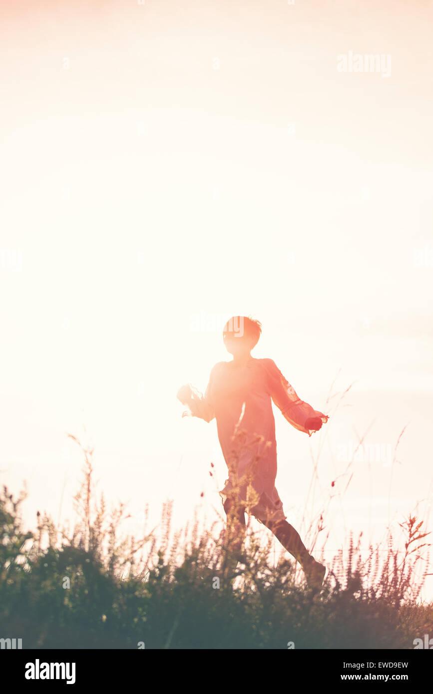 Mujer girando a la libertad a través de campo Campo, silueta de persona del sexo femenino, la doble exposición, Imagen De Stock