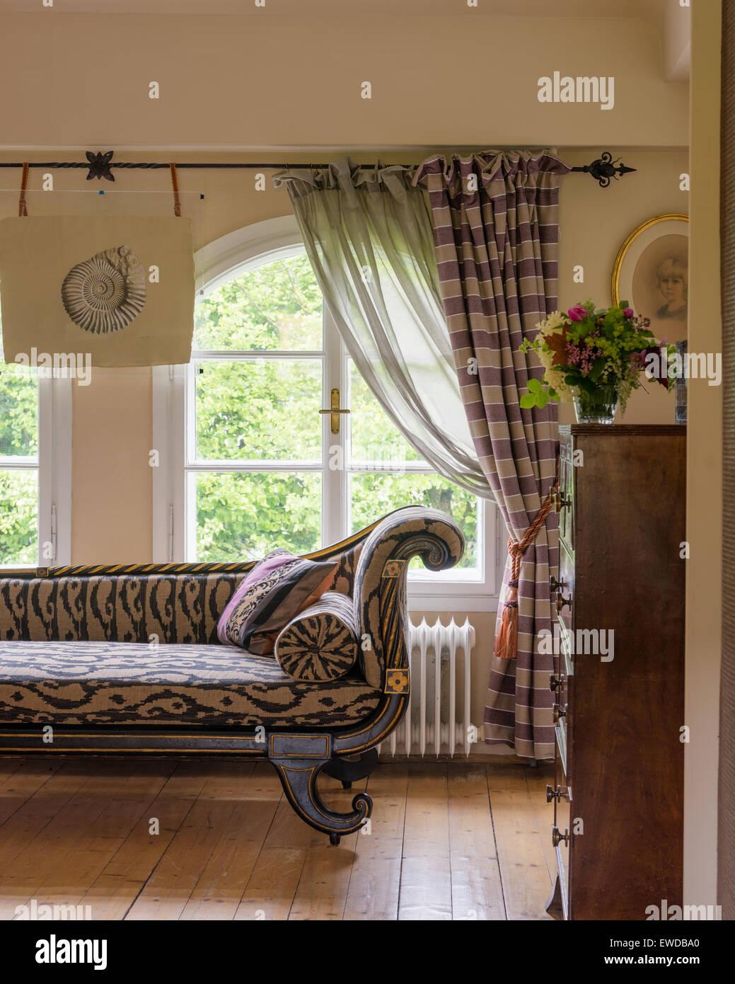 Regency chaise longue tapizada en ikat print by Etreo Imagen De Stock