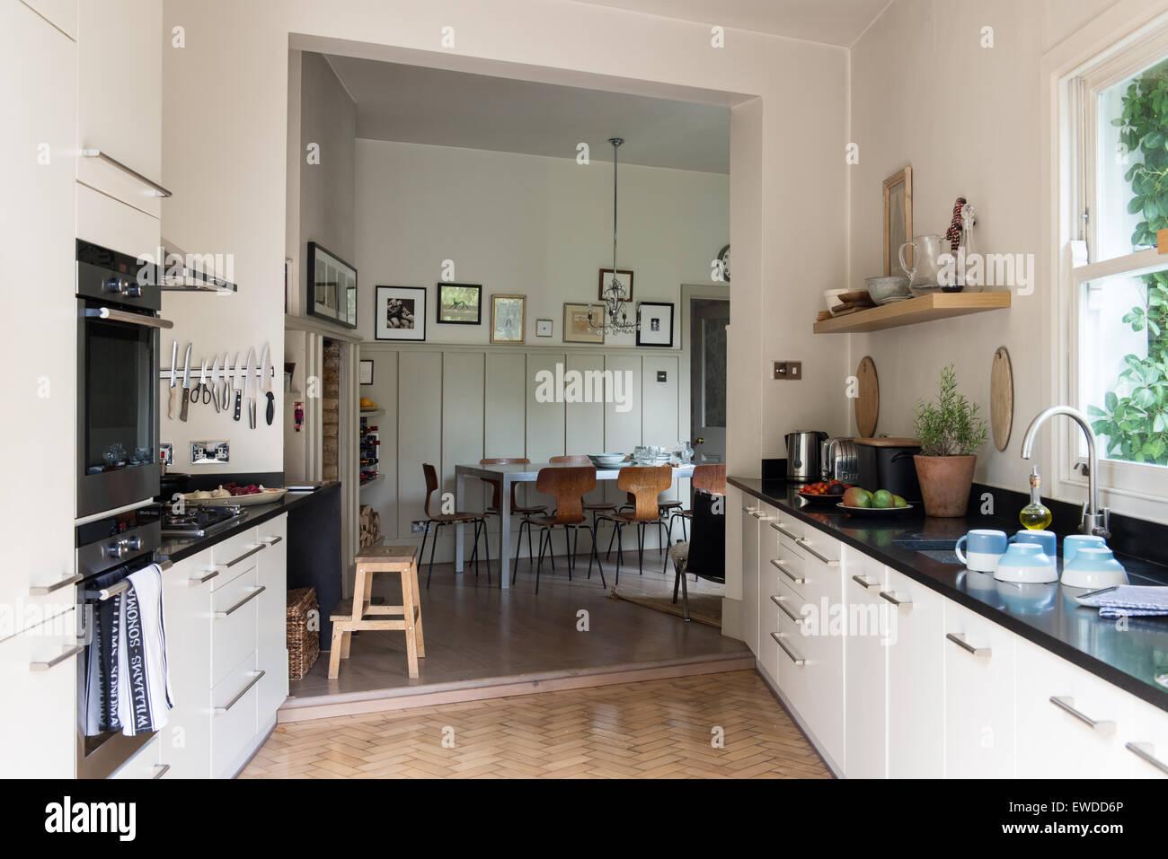 PK sillas alrededor de la mesa en la cocina abierta, comedor con ...