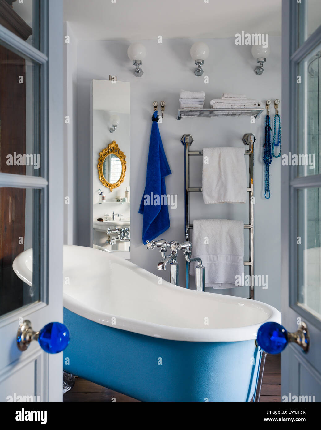 Ver a través de la apertura de puertas dobles con cuarto de baño con ...