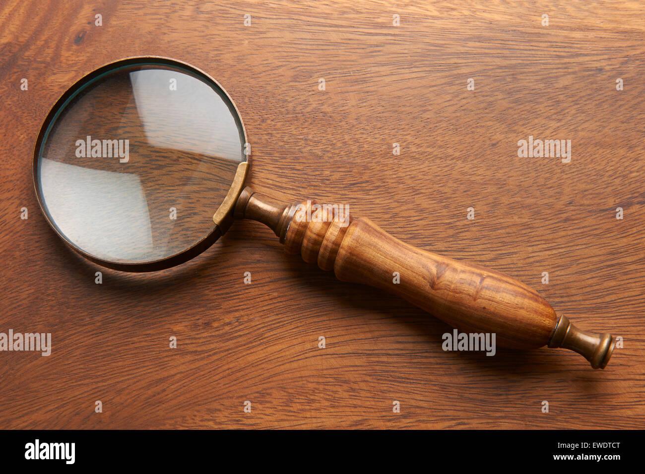 Lupa sobre fondo de madera Imagen De Stock