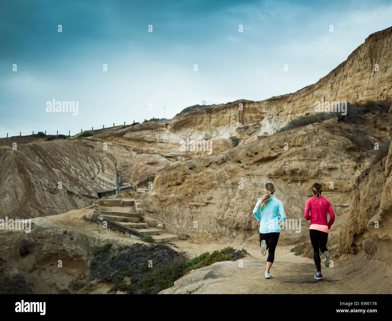 Dos mujeres jogging en una cantera trail Imagen De Stock