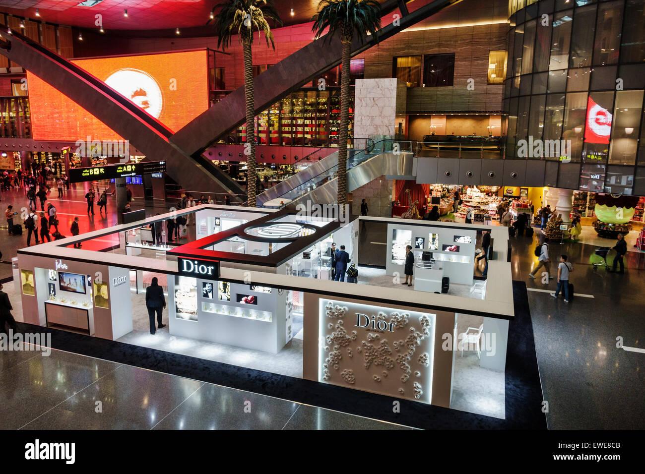 Qatar, Doha, Oriente Medio, este, Hamad Aeropuerto Internacional, DOH, terminal, vestíbulo, zona de puertas, interior, compras compradores tienda tiendas ma Foto de stock