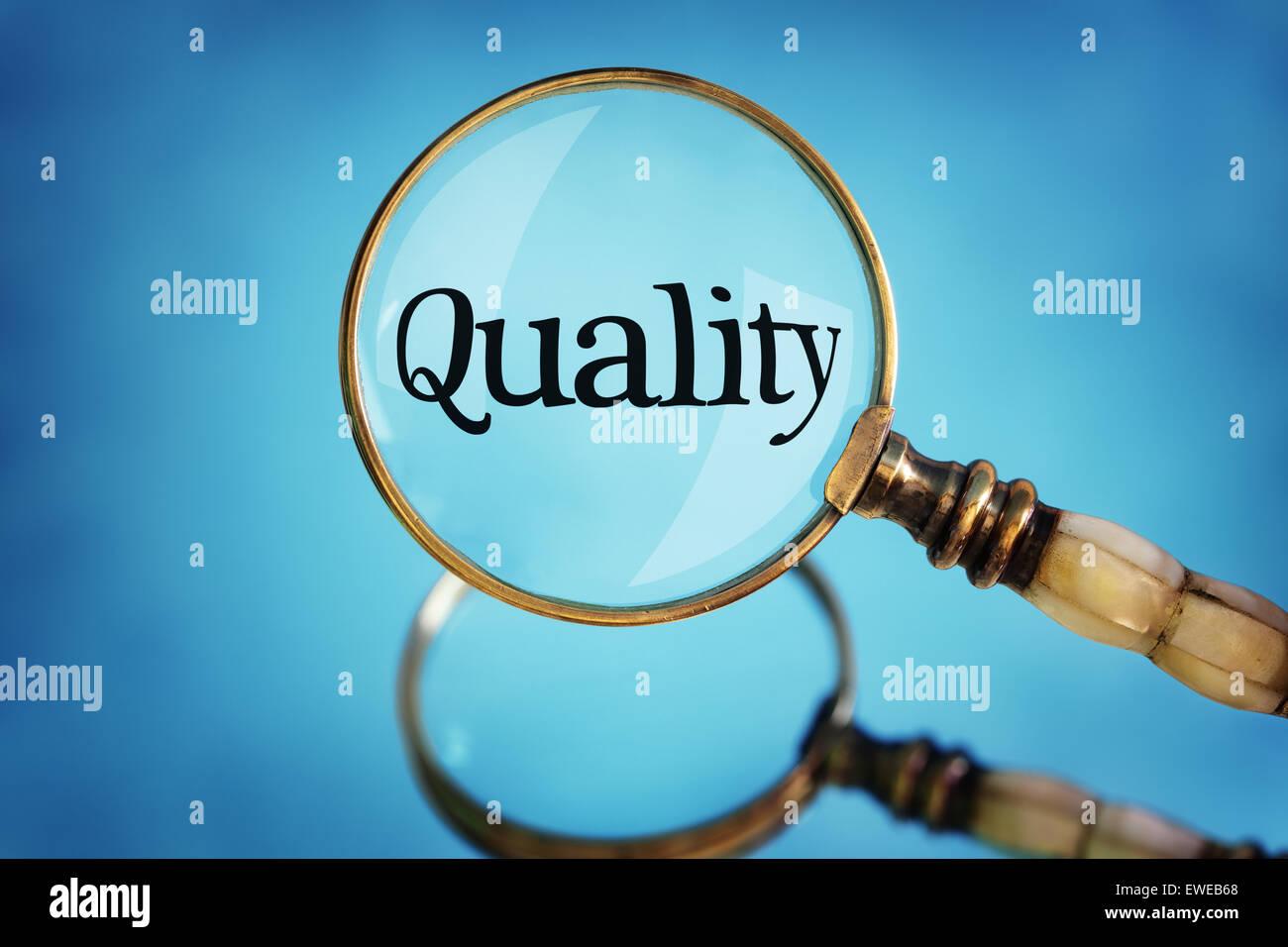 Lupa centrarse en la palabra calidad Imagen De Stock
