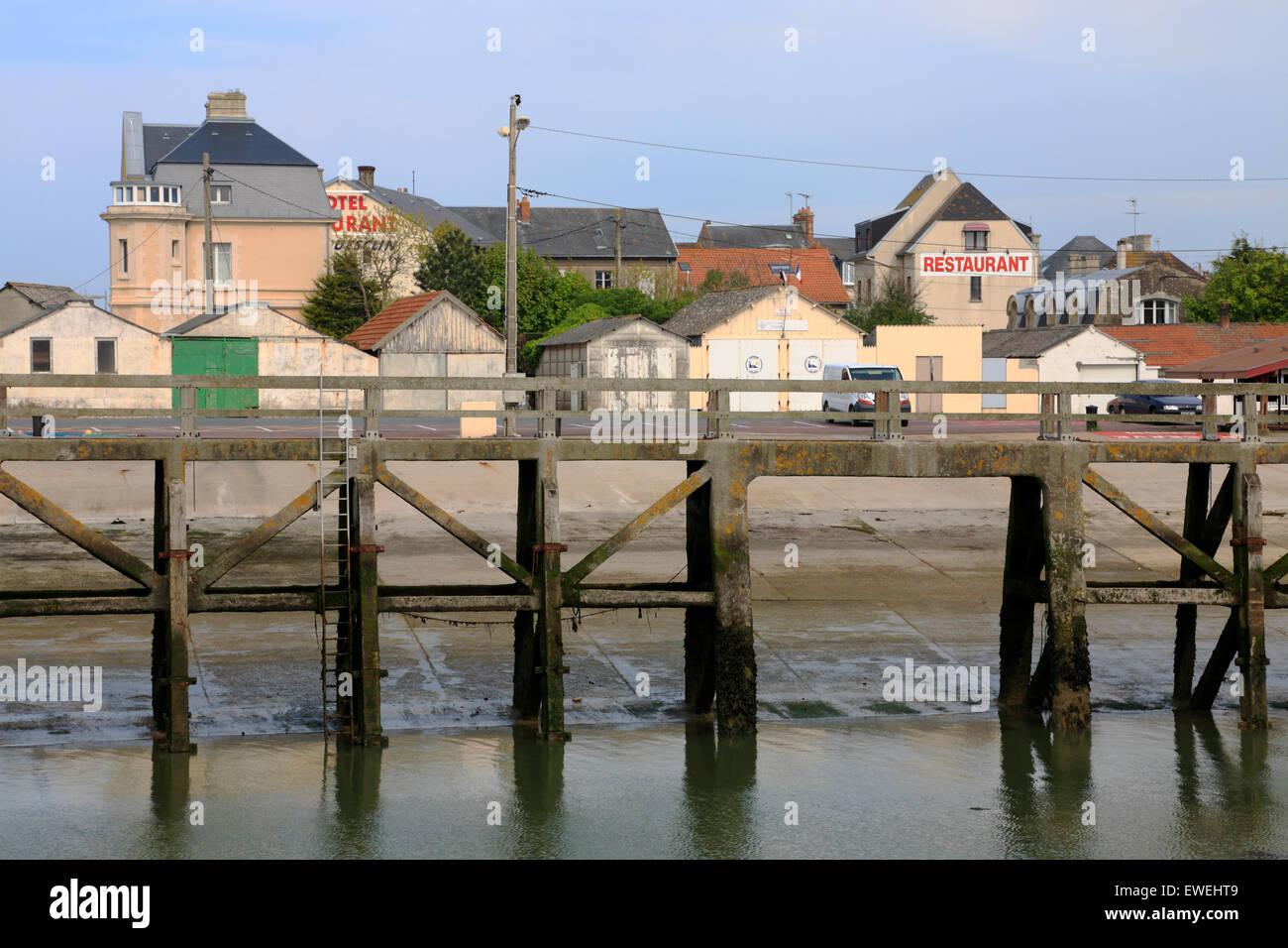 Puente o embarcadero en el puerto de Grandcamp-Maisy en Normandía, Francia, en marea baja. Vista del barrio del puerto. Foto de stock