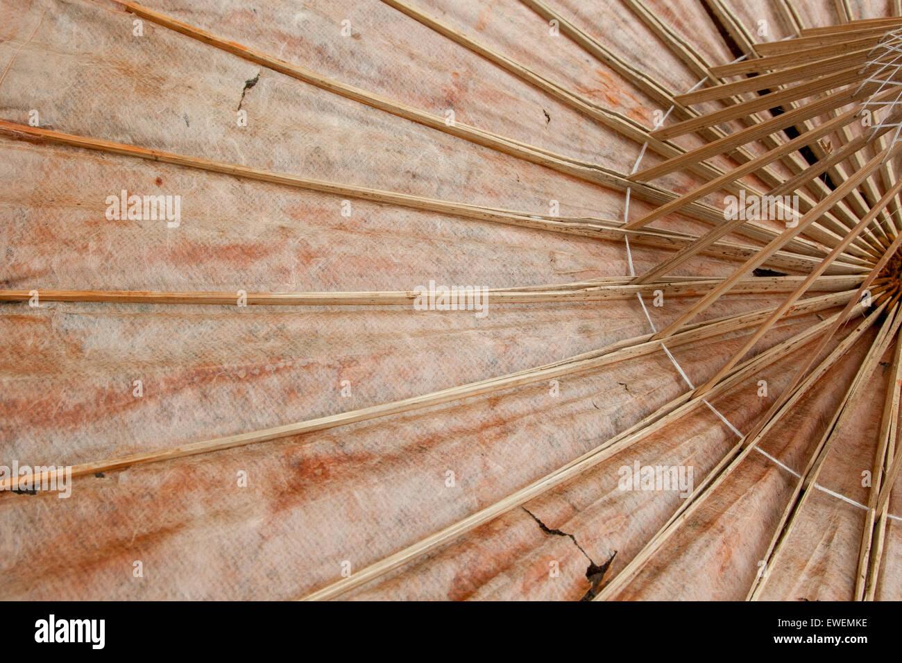 Paraguas de papel viejo. La grúa tiene un motivo en papel aceitado y el paraguas es construido de bambú Imagen De Stock