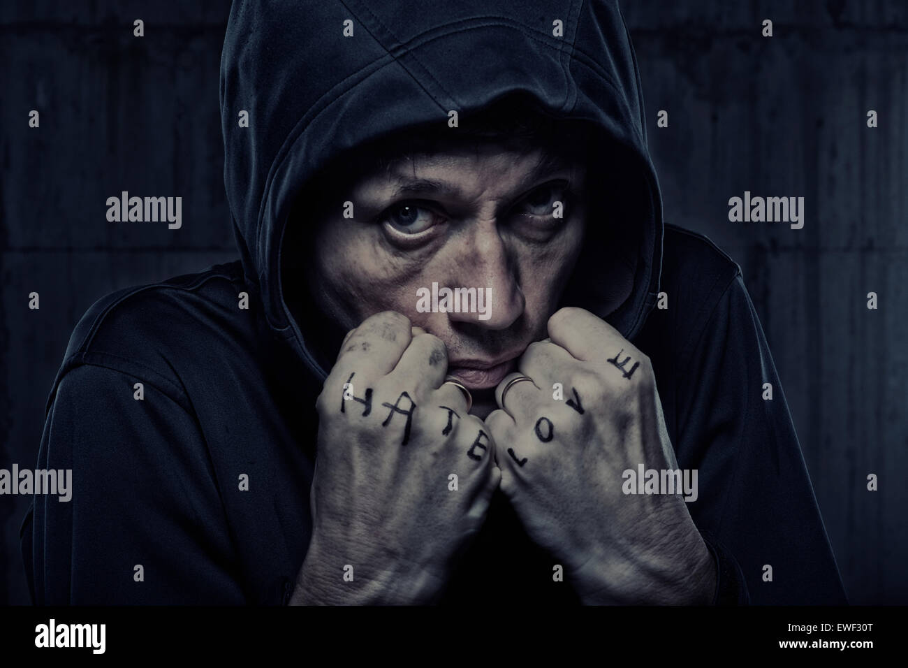 Canosa hombre chaqueta con capucha puños marcados 'Hate' y 'amor' Imagen De Stock