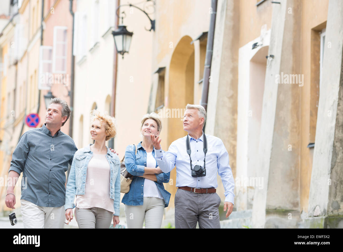 Feliz amigos hablando mientras camina en la ciudad Foto de stock