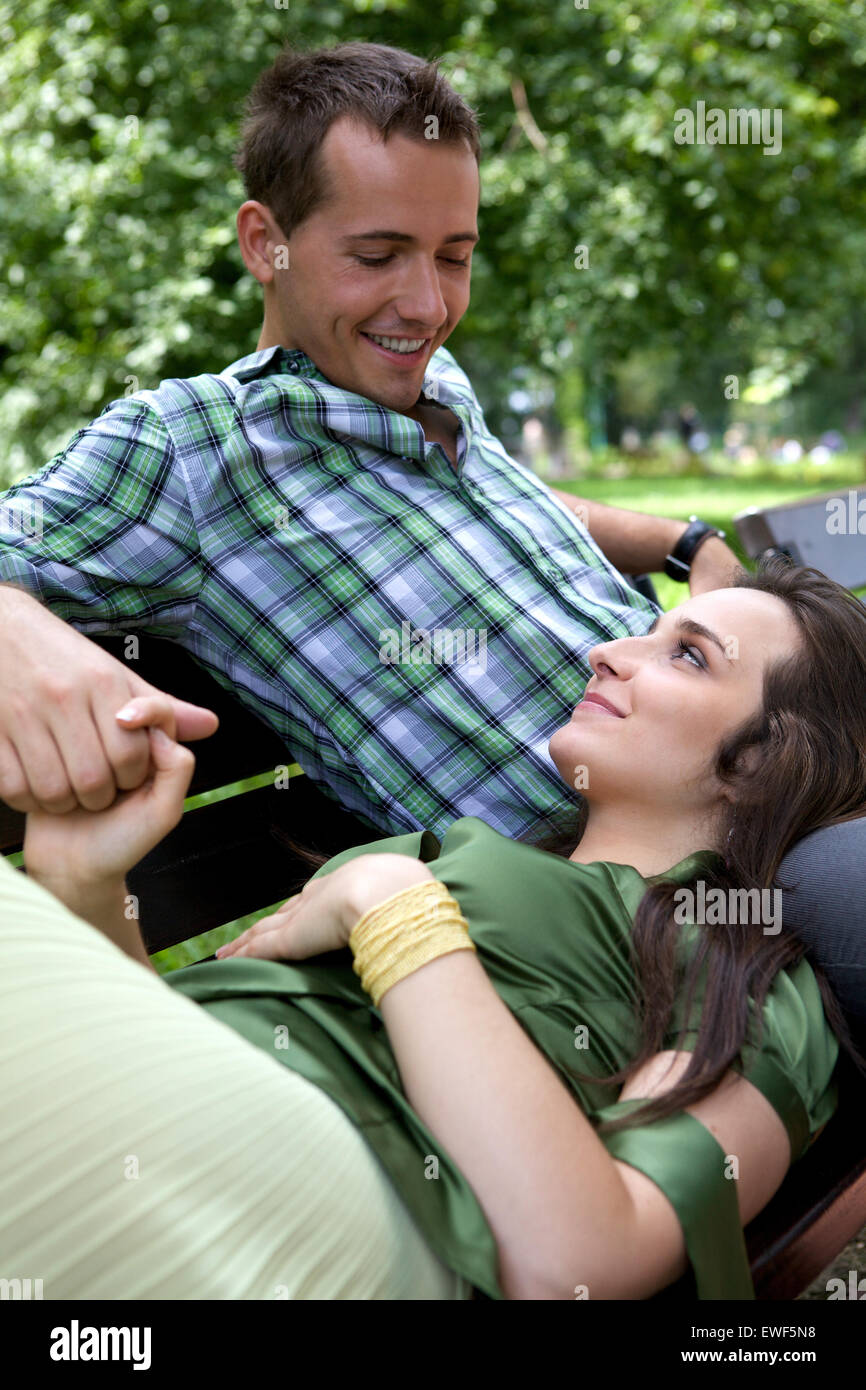 Novia descansando la cabeza en el regazo de novio Foto de stock