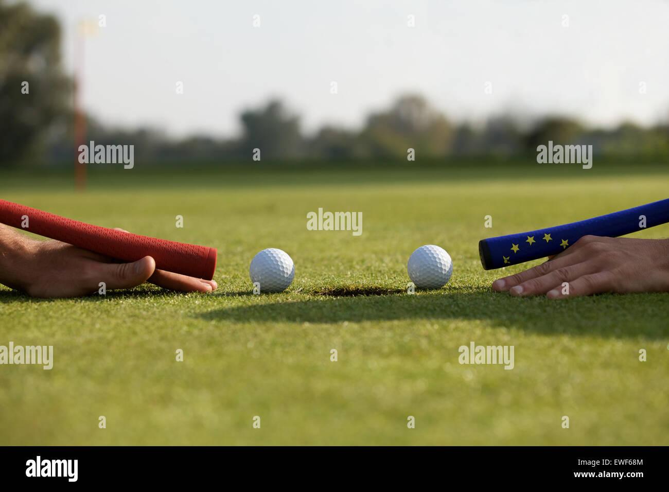 Manos humanas utilizando las bolas de golf para jugar billar Imagen De Stock