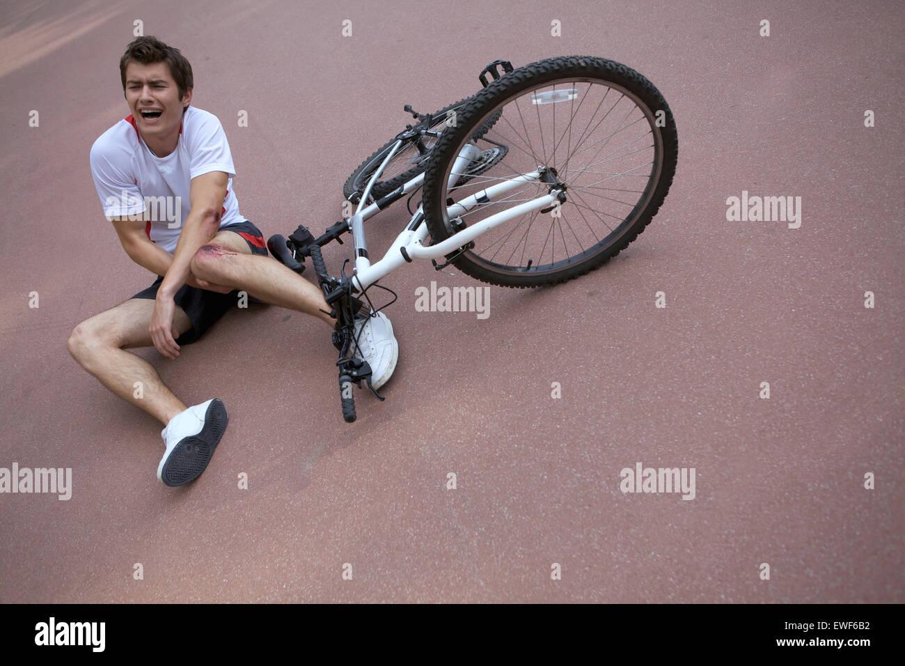 Joven herido durante el andar en bicicleta Imagen De Stock