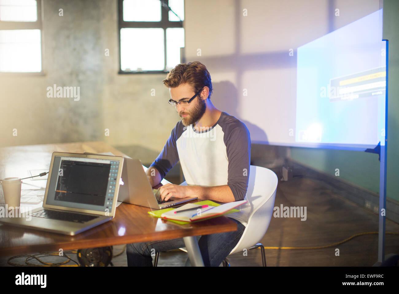Empresario casual preparación presentación audiovisual en Office Imagen De Stock