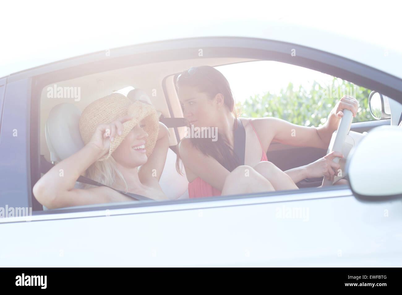 Feliz amigas disfrutando de Road Trip. Imagen De Stock