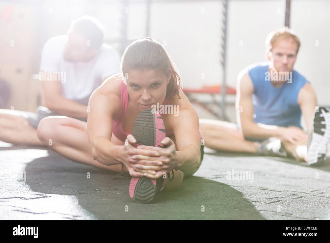 Retrato de mujer confiada ejercitarse en el gimnasio crossfit Imagen De Stock