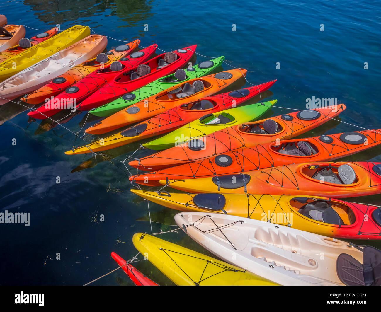 Kayaks formando un arco elegante en las aguas de Rockport, MA. Ee.Uu. Imagen De Stock