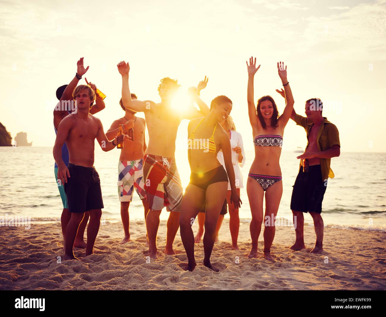 Grupo de personas fiesta en la playa. Imagen De Stock