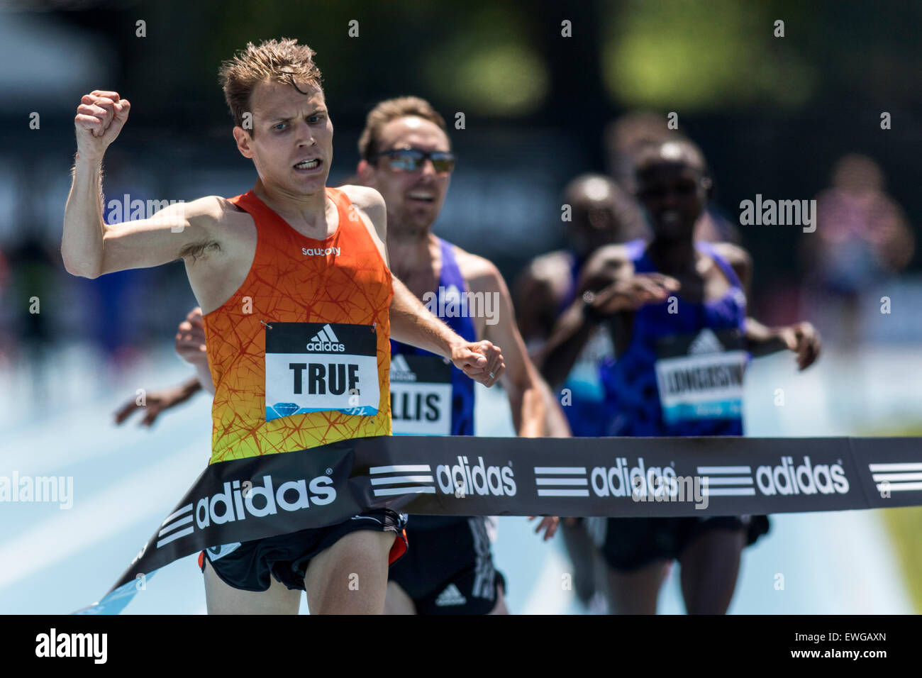 Ben True (USA) derrotas Nick Willis (NZL) en el hombre de 5000m en el 2015 Adidas Grand Prix de la Liga de diamante Imagen De Stock