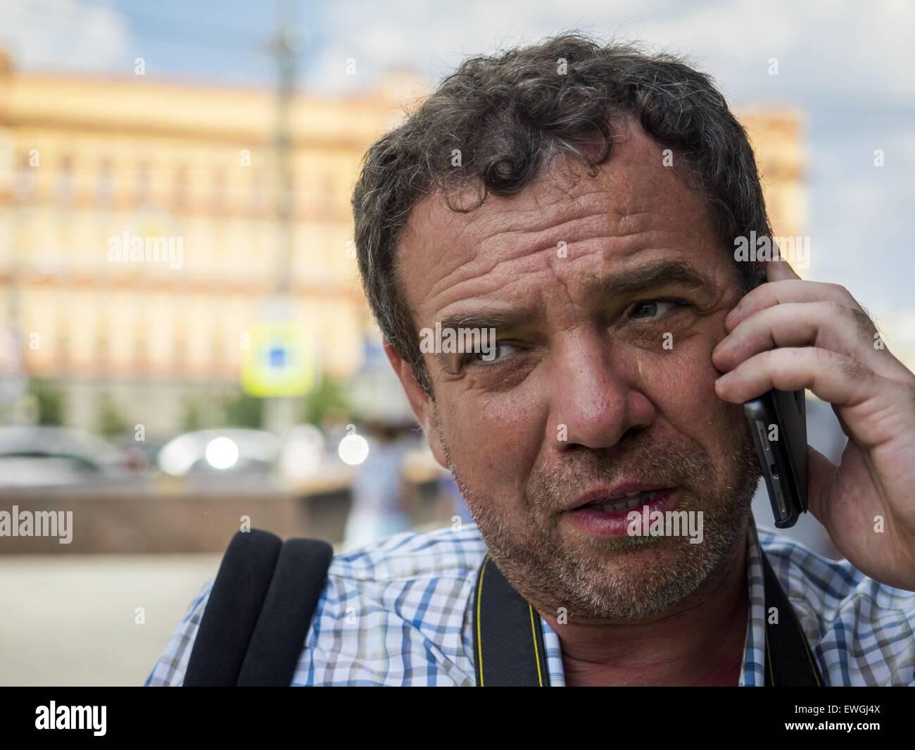 Camiseta de manga corta hombre hablando por teléfono en la calle. El 14 de junio de 2015. © Igor Golovniov/Zuma Imagen De Stock