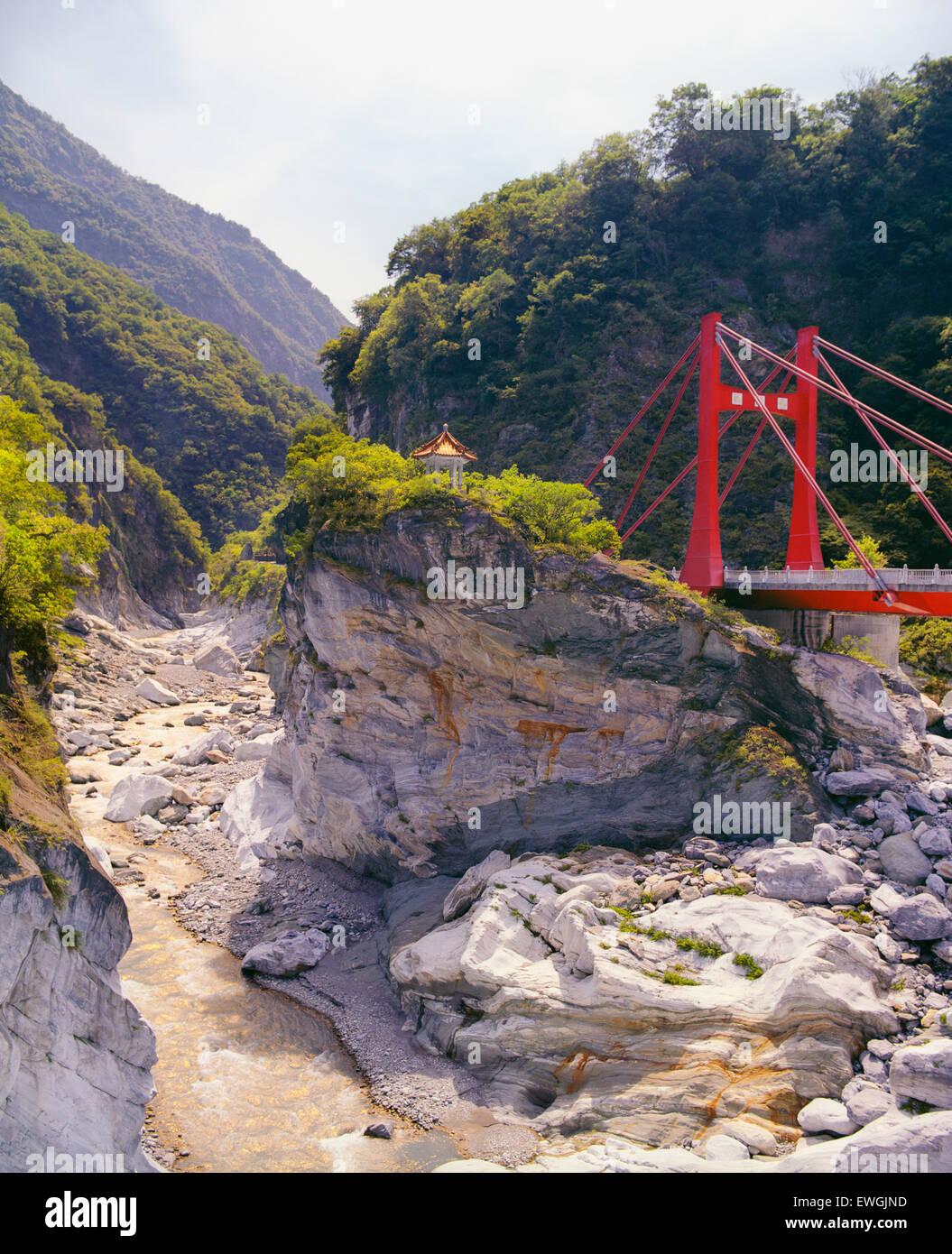 Cihmu puente y una pequeña pagoda en el Parque Nacional de Taroko .Taiwán, Asia. Imagen De Stock