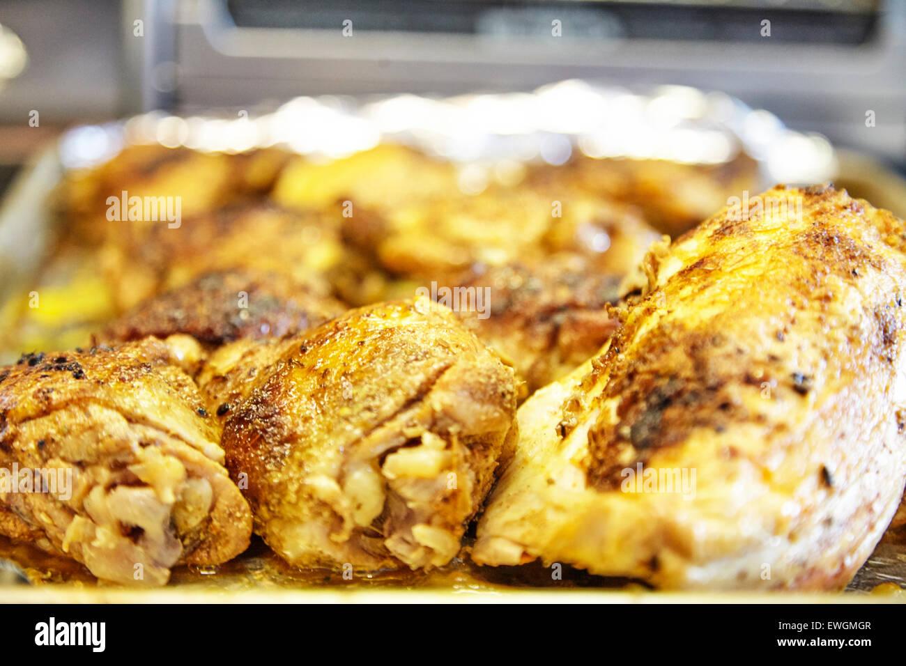 Pollo asado en una cookie hoja en un papel de grasa migas de pan en la parte superior Imagen De Stock