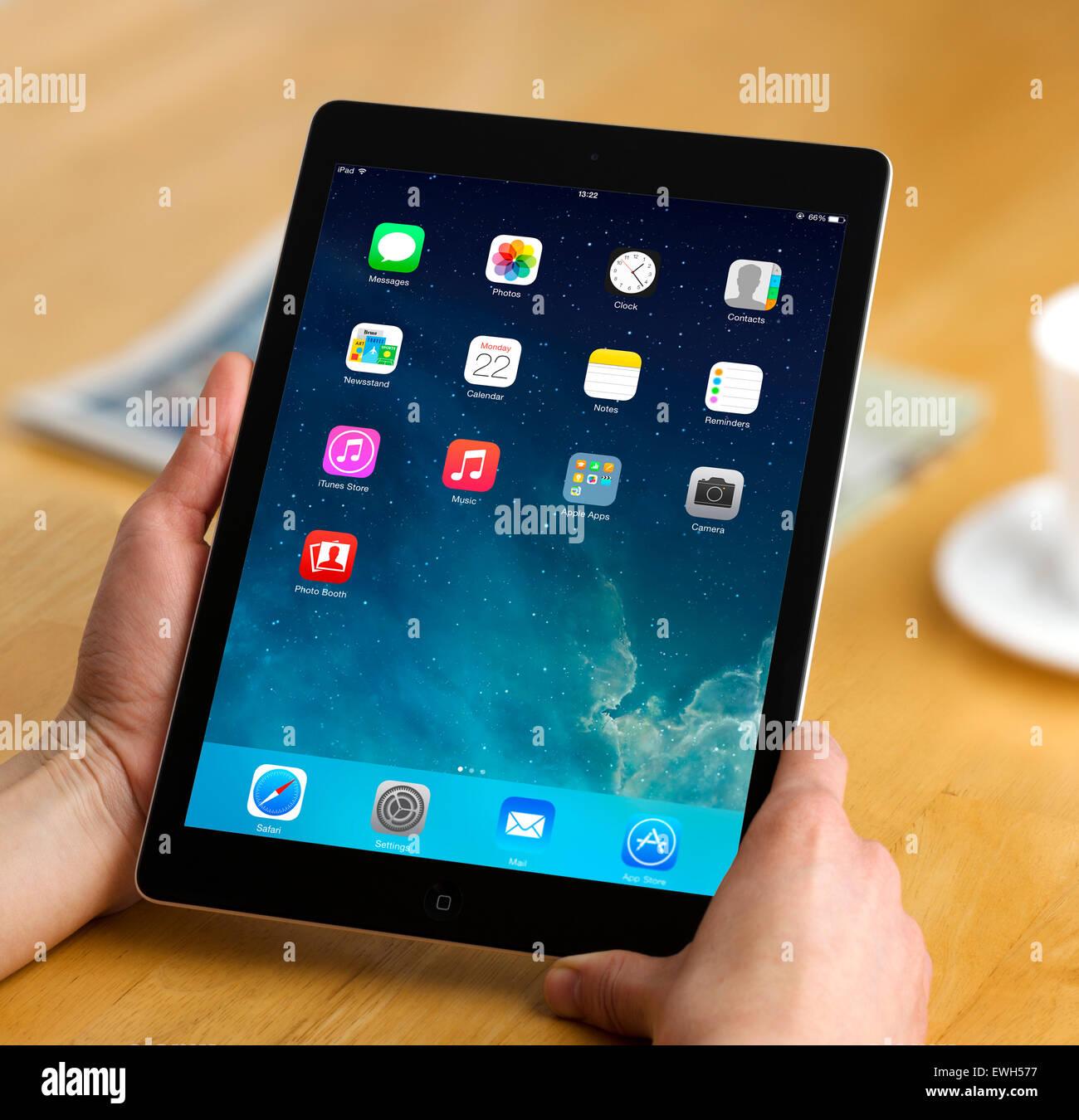 Mirando a la pantalla de inicio en un equipo tablet PC Apple iPad aire Imagen De Stock